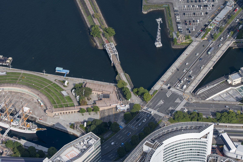 日本丸メモリアルパーク(左)と汽車道入口。YES'89の臨港線鉄道の駅は汽車道の始まる付近に仮設で建設された。道路や手前のビル群から桜木町駅にかけては東横浜貨物駅であった。