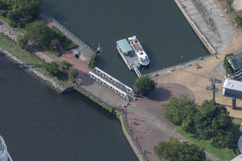 これら2枚は港三号橋梁。汽車道整備のために大岡川に架かっていたポニーワーレントラスの1連を架けた。ポニートラスは上部の上横構と呼ぶ斜めの材料などがなく小ぶりなトラス橋である。
