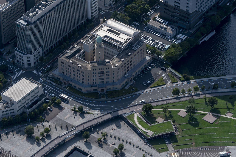 外国船員から「クイーン」と呼ばれた横浜税関の尖塔。延長された臨港線高架橋端付近にある。