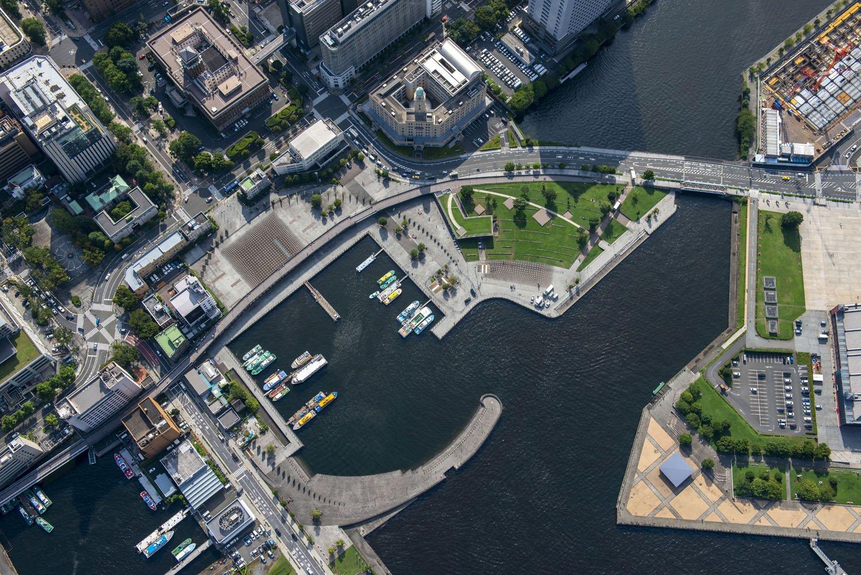 延長部分の高架橋を真上から俯瞰気味に。左側が山下公園で中心部が象の鼻パーク。