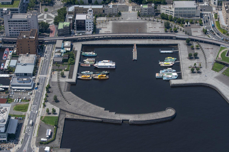 象の鼻パークを海側から。特徴ある防波堤は1896年頃にこの形状となった。背後の高架橋が臨港線の廃線跡転用の汽車道だ。