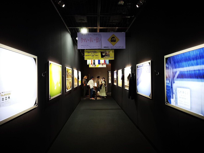 鉄道車両内が再現された展示スペース。