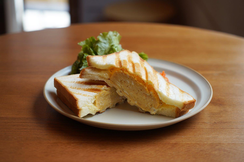 寿司屋の玉子サンドは880円。江戸前の甘い玉子焼きは、じゅわっと出汁が染み出す。『蛇の市本店』の職人による指導で、スタッフみんなが焼けるようになった。