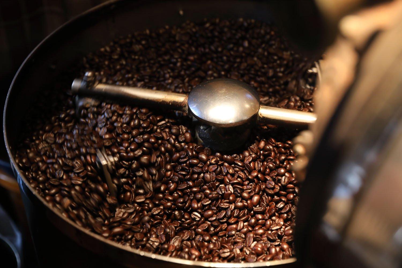 年季の入ったマシンで少量焙煎するので、常に新しいコーヒー豆が並ぶ。いろどりのブレンド華500円。