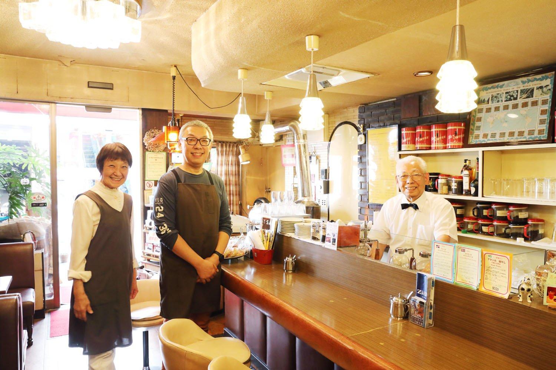 店主安井芳夫さん夫妻と焙煎担当の息子・嘉浩さん。