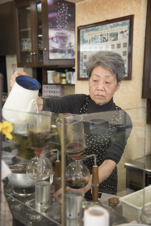 ママはもともと1階の洋品店で働いていたが、コーヒーの専門店で修行を積み、1980 年に喫茶店を開業。
