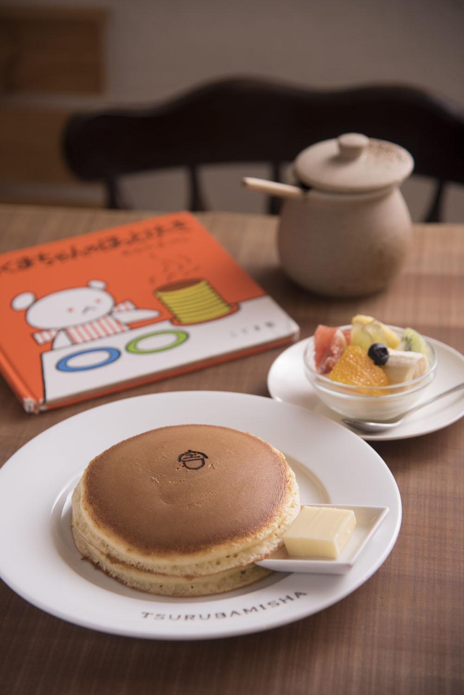ホットケーキ2枚650円とフルーツ生クリームのトッピング400円。ホットケーキの作り方は、この絵本と全く同じとのこと。