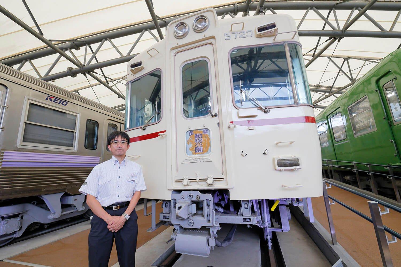 ご案内いただいた秋田賢一郎さん。京王が誇る名車5000系と共に。