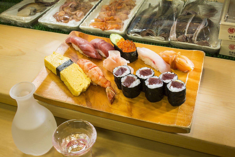 特上にぎり2000円(写真)。おまかせにぎりは3500円。冷酒は「鯉川」1合650円など。