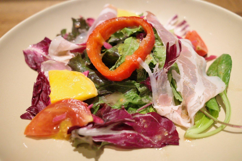 甘み、酸味、塩味といった食材の持つ味わいのバランスを重視したサラダ。10種類ほどの野菜と生ハムが入る。