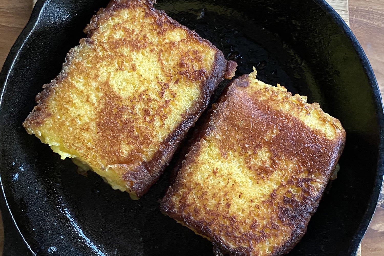 バターをたっぷりひいて弱火でじっくり焼く。