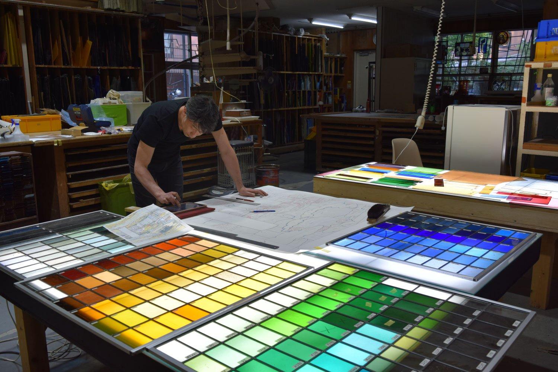 クレアーレ熱海ゆがわら工房。日本交通文化協会が駅などに設置するパブリックアートのステンドグラスや陶板作品を手がける。