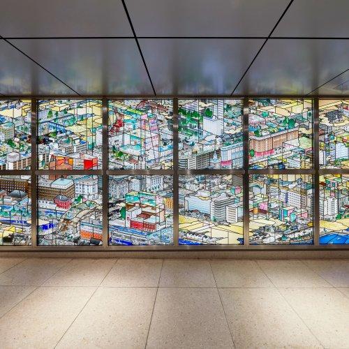 山口晃氏の細密画が巨大なステンドグラスに! 日本橋地下通路に輝く『日本橋南詰盛況乃圖』