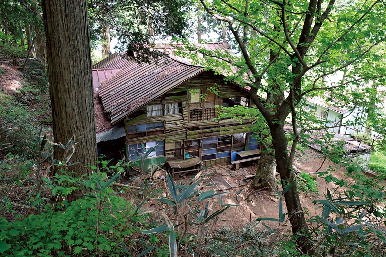 大嶽神社近くに、ほとんど廃屋のような大岳山荘の建物が残っている。2008年まで営業していた。