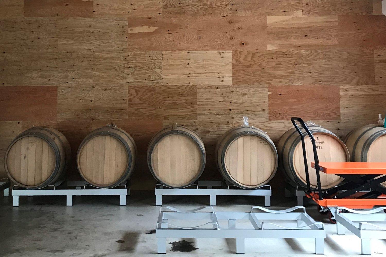 木樽でビールを熟成。(写真=店舗提供)