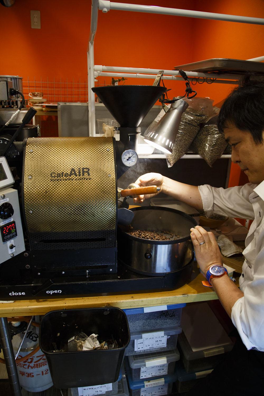 「味の再現性を高めようと日々焙煎の勉強です」と嶋田さん。甘くてコクがある一杯を!