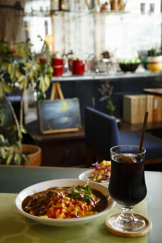 北口にある『HARMONIE TEA & SWEETS』では『cafe AiR』のコーヒーを味わえる。水出しアイスコーヒー450円、ふわとろオムライス700円。