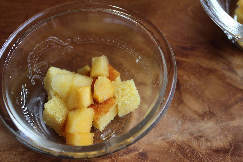 カステラ、ブランデーやラム酒、柿、カスタード、水切りヨーグルトを重ねる。