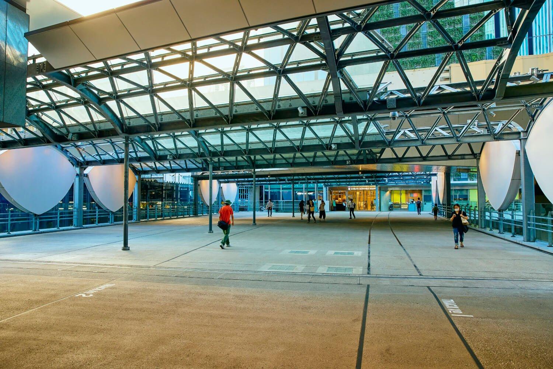『渋谷ストリーム』と『渋谷スクランブルスクエア』を結ぶ国道246号横断デッキに再現された旧渋谷駅。かまぼこ屋根、目玉壁が復活!