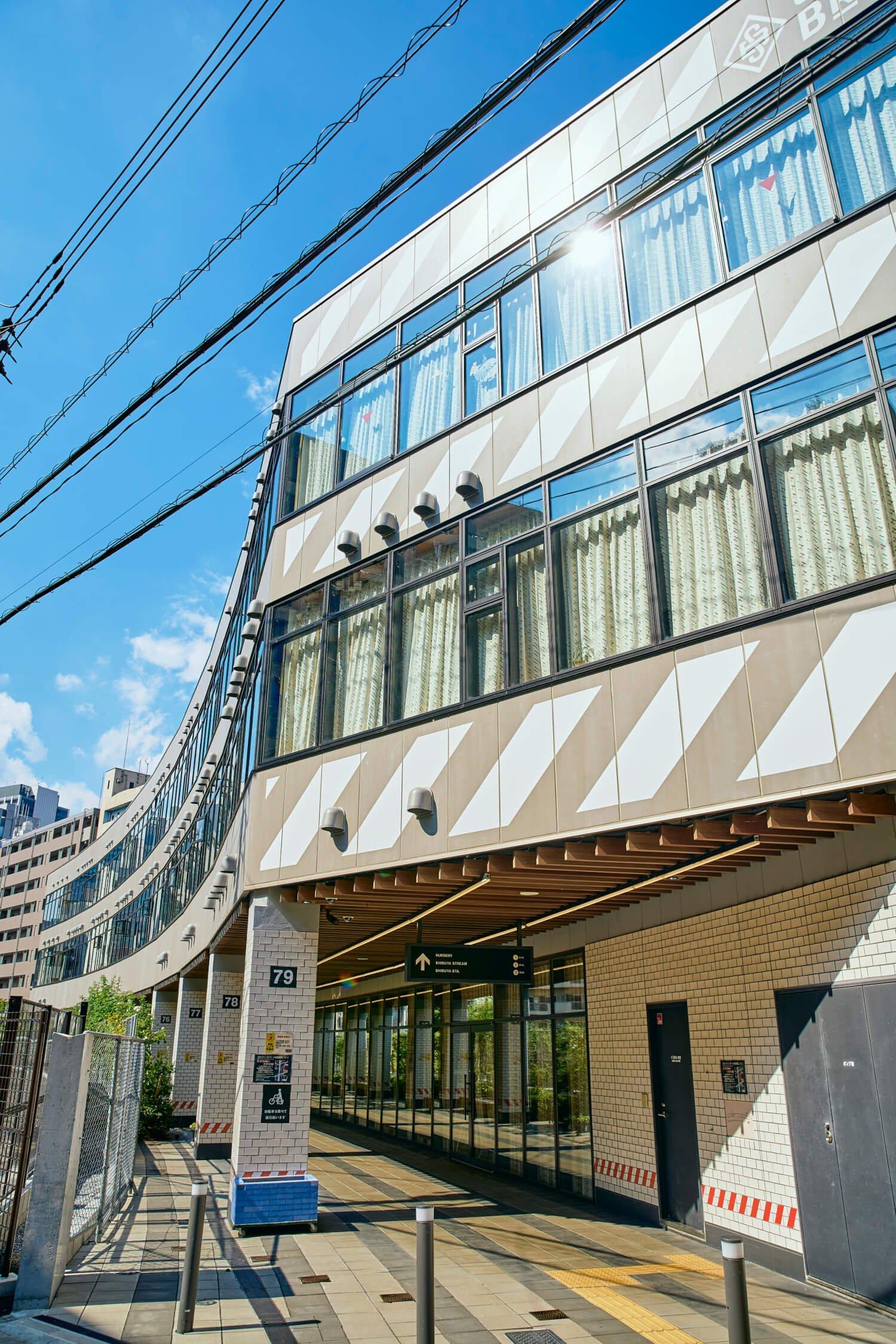 急カーブだった旧東横線の線形を生かし、建物もカーブするデザイン設計。