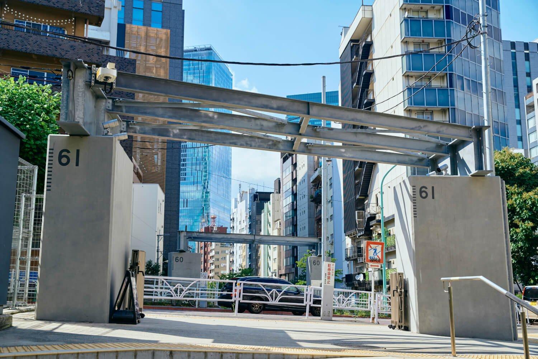 旧東横線橋脚の一部を残し、鉄鋼を組み合わせたオブジェが並木橋に。