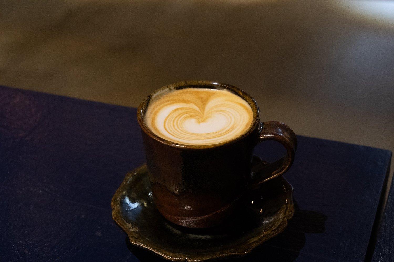 ナッツのような香ばしさを感じるカフェラテは500円。