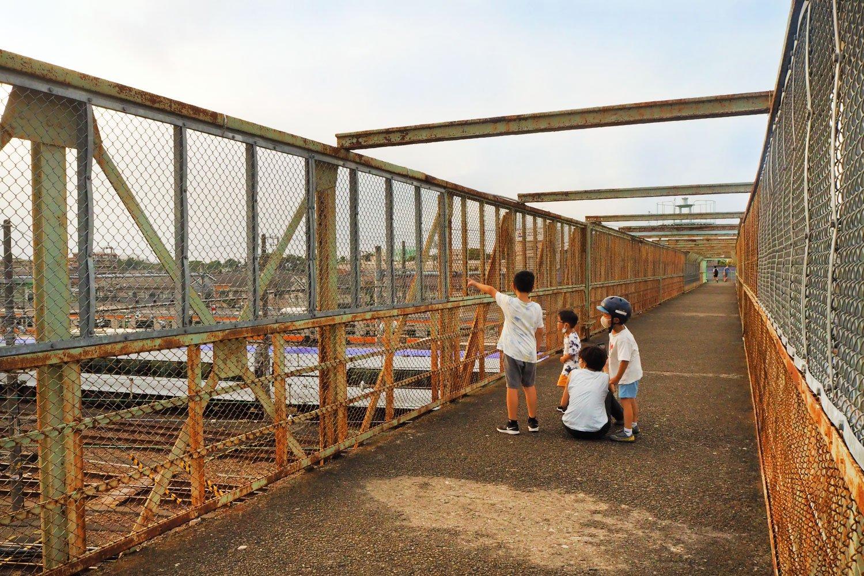 休日は鉄道を見に来た親子連れでにぎわう跨線橋。