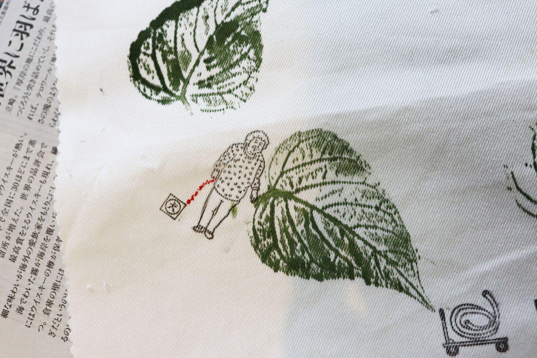 絵の具で押した葉にハンコを組み合わせるワークショップのサンプル制作。ボランティアさんのセンスが爆発……!
