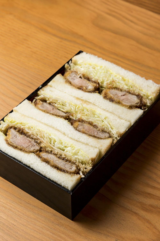 ヒレかつサンド1500円は、これだけしっかりした箱に入っていないと飛び出してしまいそうなお肉の迫力!
