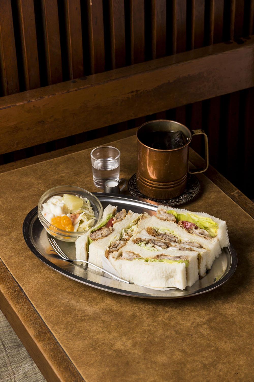 カツサンド550円にアイスコーヒー300円。でもフードを頼むとコーヒーはセット料金で150円に。おトク!