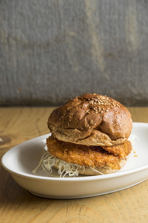 タレカツバーガー565円は実はお持ち帰り専用。店内ではぜひタレカツ丼を山椒たっぷりで。