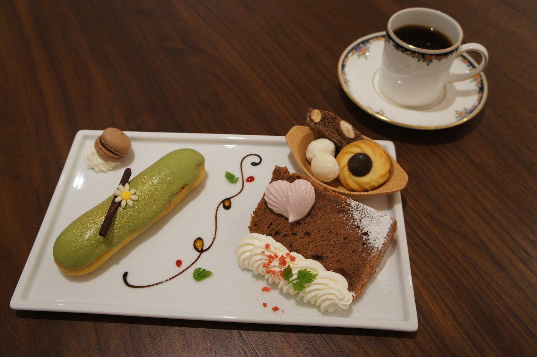 エクレアプレート770円。カフェがセレクトした焼き菓子に、お好きなエクレアを選んで。