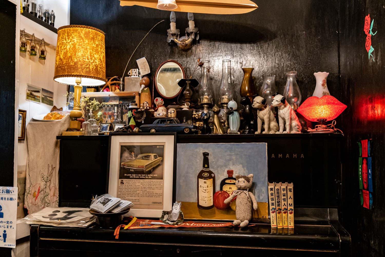 レトロモダンな雰囲気の店内には所狭しとアンティークな品々が。