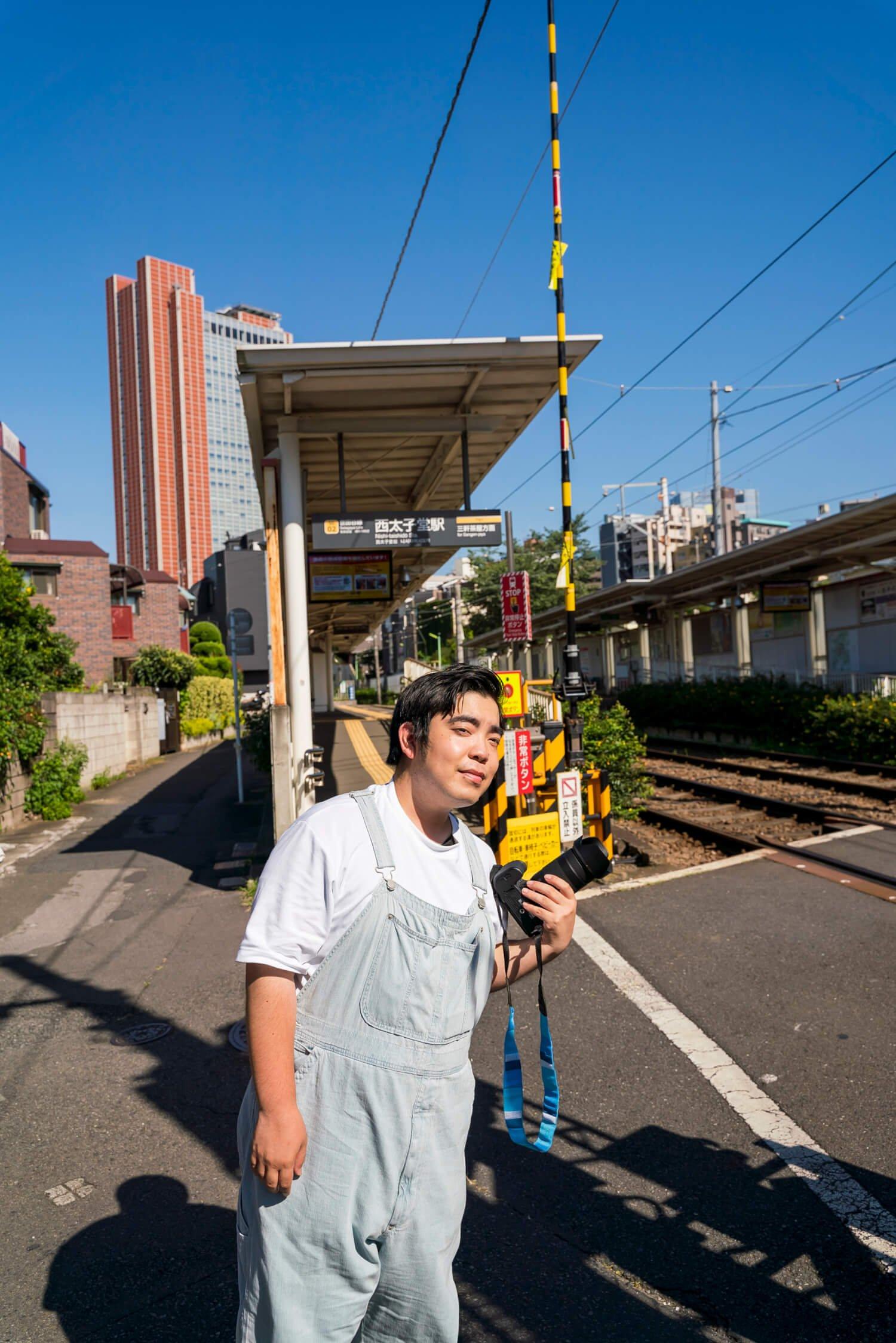 西太子堂駅にて。安全な場所を確保すると、「来た電車はとりあえず全部撮っちゃう!」。「電車の顔が斜めに傾く線路のカーブが好き。カーブを探しながら散策してます」。