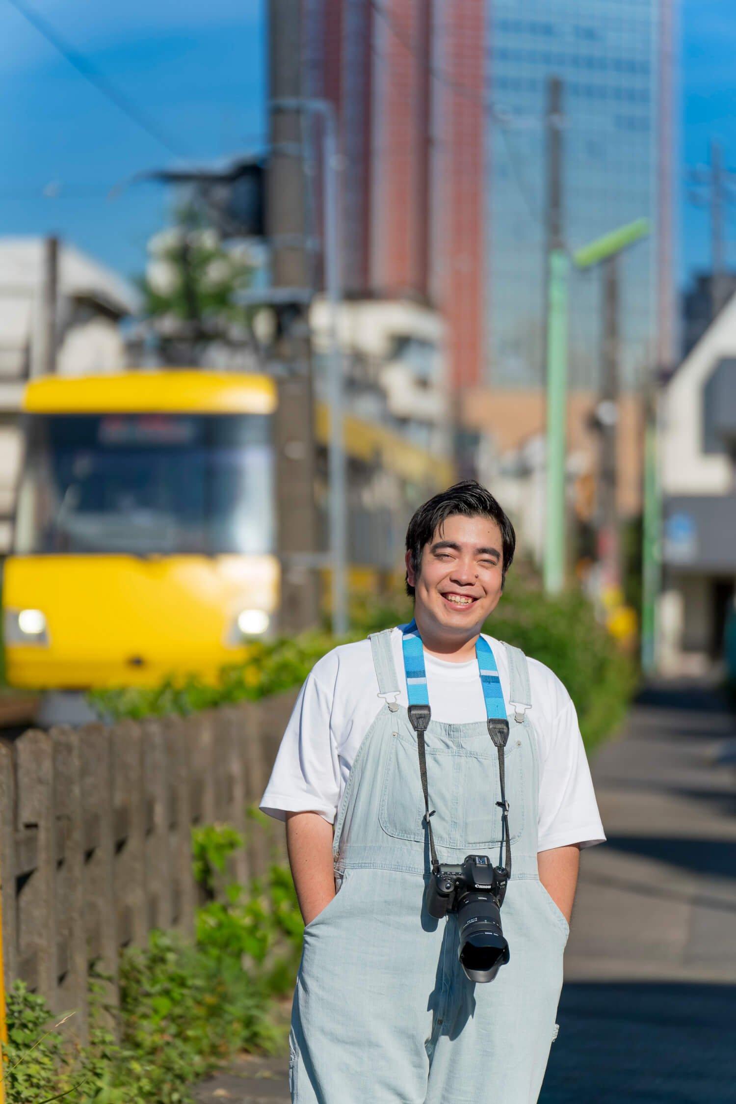 「踏切の音って、よく聞くと鉄道会社によってびみょ〜に違うんですよ」 愛用のカメラはキヤノンEOS90D。小学生の時は、簡易カメラで電車を追いかけた。