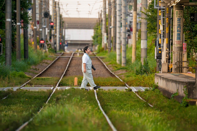 線路内の夏草を眺めながら豪徳寺駅の踏切を渡る。「あら徳ちゃん」と地元の人の声援も。