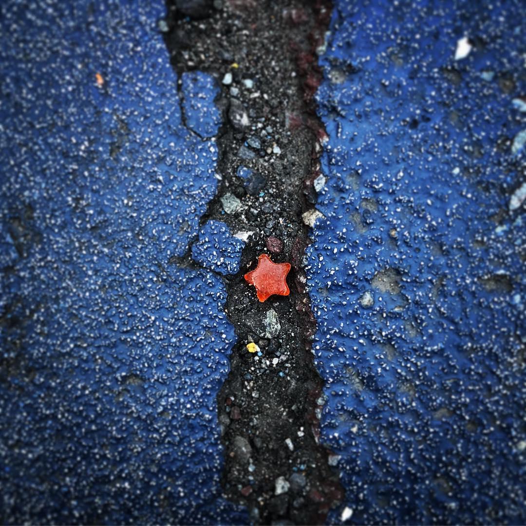 タイトル「天の川」。舗装のひび割れに落ちたアメが、天の川の星のよう。