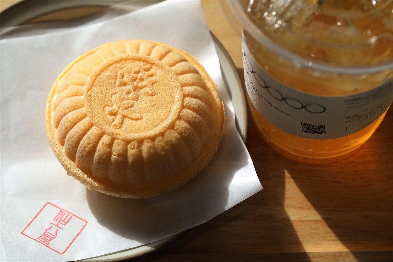 クリームモナカ150円は練乳の優しい甘さが特長。自家製レモネード(R)450円。国産レモンクリームのチキンカレーも人気。