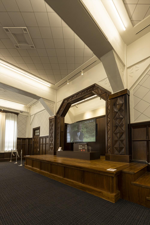 「清明文庫」の講堂を活かした2階の展示室では、映像資料を鑑賞できる。