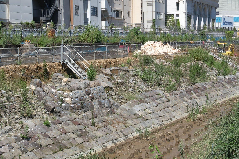 海側から見る。左の石垣一部分が盛り上がっており、この上に信号機が立っていた。