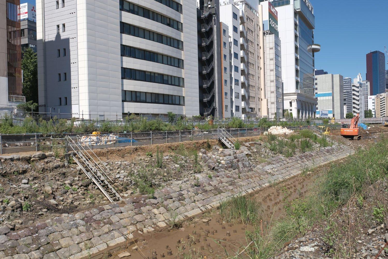 発掘調査中の高輪築堤を海側から。この石垣と築堤部がそっくりそのまま地中から現れた。中心部分の石垣が膨らんでいるのは信号機跡。海側の石垣の角度は30°であった。