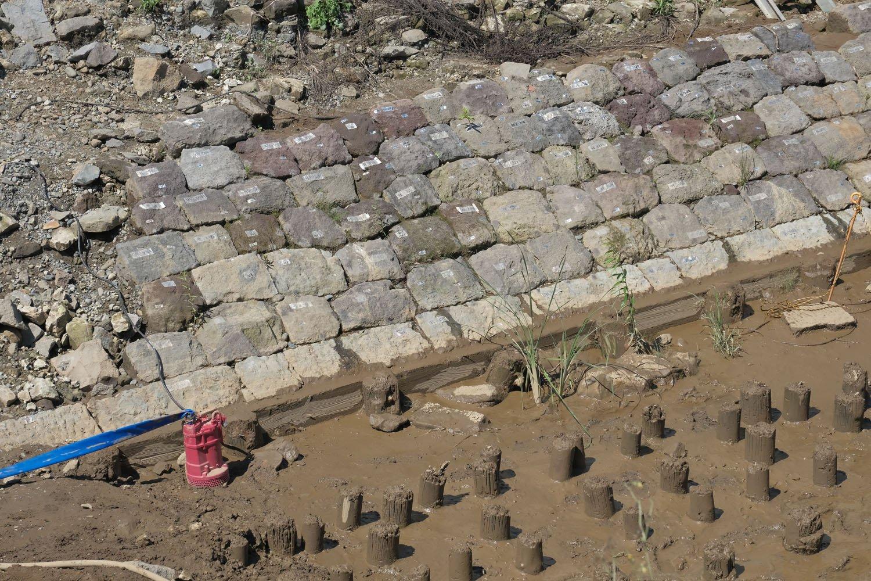 底辺部の「胴木」と「留杭」と「杭列」を拡大する。石垣の底辺部分など初めてみた気がする。海に没していた部分だから竣工後は見ることがない基礎部分だ。