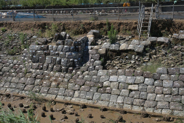 上とは反対側からみる。右は石垣が歯抜けとなっていて、裏側の「裏込め石」が顔を覗き、地面は築堤を支えていた杭の列が確認できる(杭については後半で紹介します)。