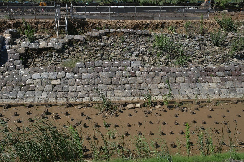 築堤の途中から石垣が無くなり裏込石が露出している。石垣は埋め立ての際に撤去され、この状態で現れた箇所もある。