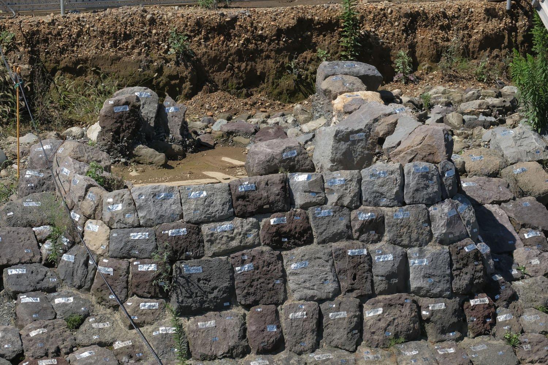 土台部分を拡大。目地には漆喰か何かの接着剤を盛って石が組まれていた。周囲の石垣に比べて土台部分は目地が詰まっている。