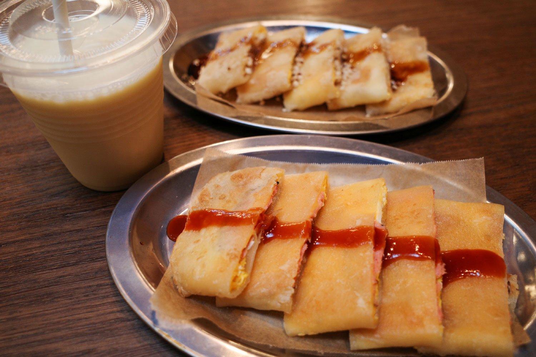 蛋餅各種とほの甘いプレーンタイプの豆漿。