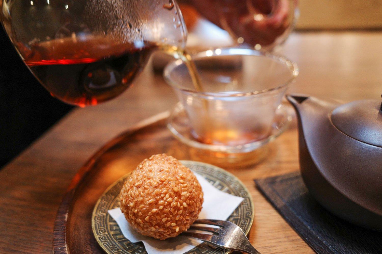 紅ウーロン茶はスイーツ付き。今回はゴマ団子。