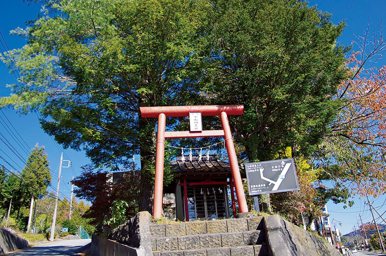 参道の入り口方面に行く三叉路にある不動明王社。石割神社の前宮になる。
