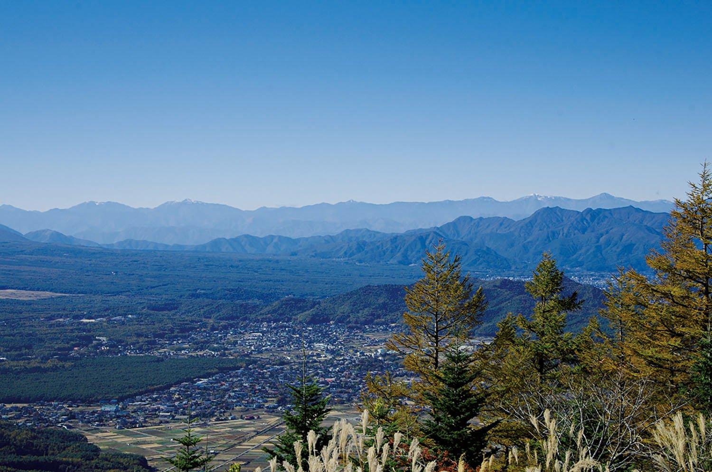 平尾山山頂から忍野村方面の眺望。御坂山地の全貌とその奥には南アルプスの峰々が見える。