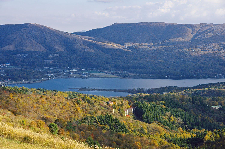 大平山の手前からの展望。山中湖の奥の山が三国山、左側の山は鉄砲木ノ頭。